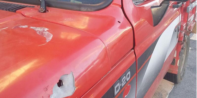 Veículo é alvejado por balas, mas condutores sofrem apenas ferimentos leves, em Patos