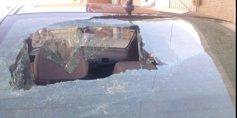 Vândalos quebram para-brisa de carro estacionado em Coremas