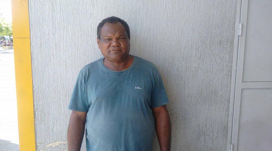 Homem à procura de emprego como vigilante em Patos