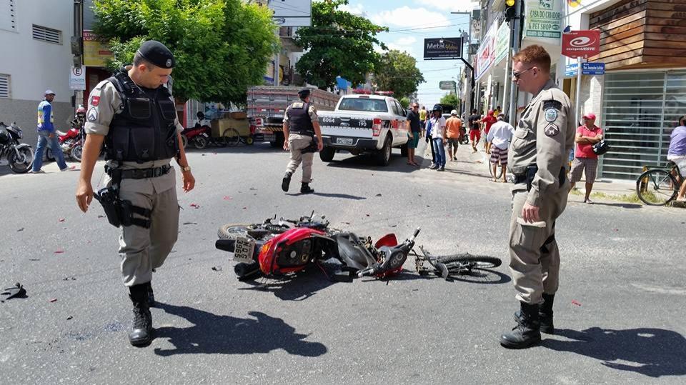 Acidente envolvendo moto e viatura da PM deixa motoqueiro gravemente ferido em Patos