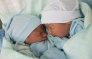 Gêmeos que ficaram de mãos dadas após parto em Cajazeiras comovem equipe médica