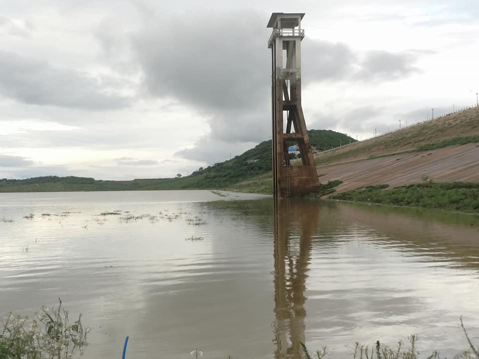 Açude de Coremas amanhece pegando muita água e se aproxima dos 4 metros de recarga