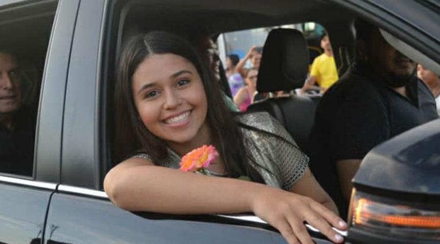 Eduarda Brasil é recepcionada por multidão em São José de Piranhas