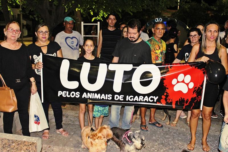 Protetores dos Animais promovem protesto em Patos