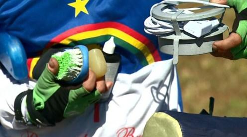 Cláudio Kennedy Queiróz trouxe produtos de higiene, remédios e fogareiro no alforje da bicicleta. (Foto: Reprodução EPTV)