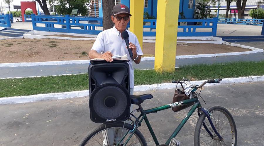 De microfone e caixa de som idoso prega o evangelho nas praças de Patos