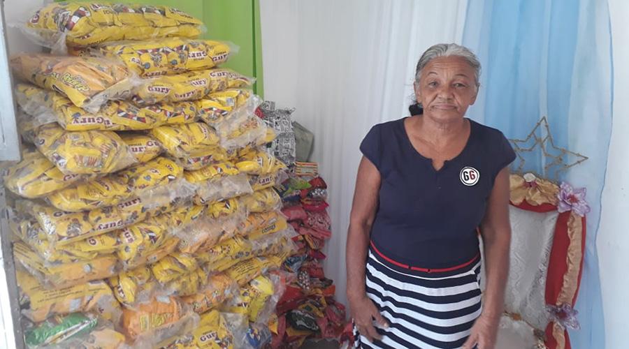 Todos os anos, idosa junta guloseimas em sua casa e distribui com as crianças carentes em Patos