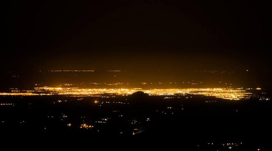 Imagem noturna de Patos, feita a partir do Pico do Jabre
