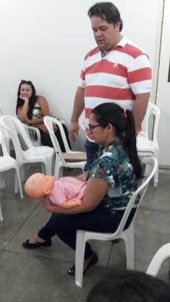 Dr. Umberto e uma das enfermeiras da Maternidade durante o treinamento