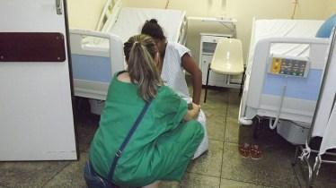 O apoio da médica é fundamental para tranquilizar a paciente no final do trabalho de parto