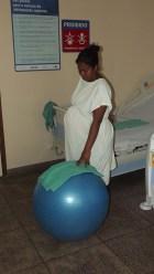 O uso da bola ajuda a relaxar e estimular as contrações