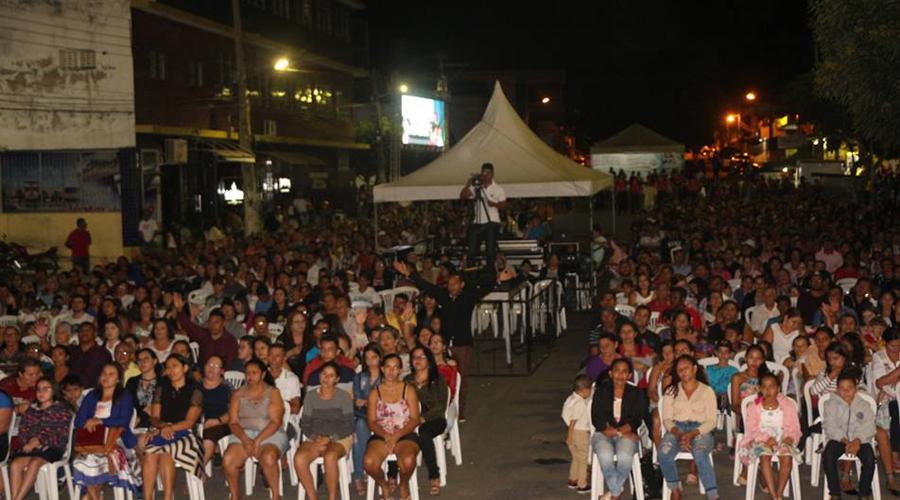 Fiéis lotam Praça de Teixeira na I Cruzada Evangelística