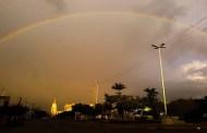 O belo arco-íris que envolveu a cidade de Teixeira na tarde de hoje