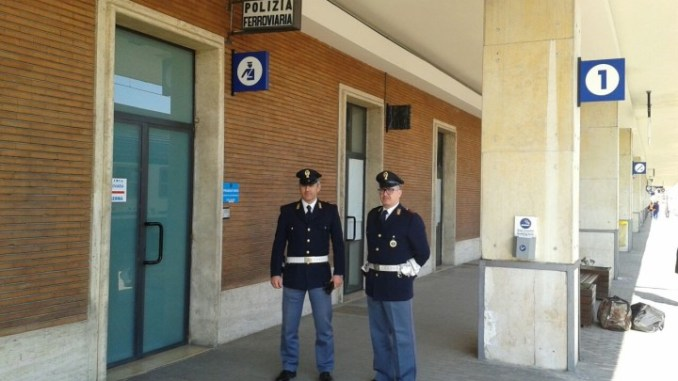 Stazione di Foligno, Minaccia un viaggiatore in attesa del treno