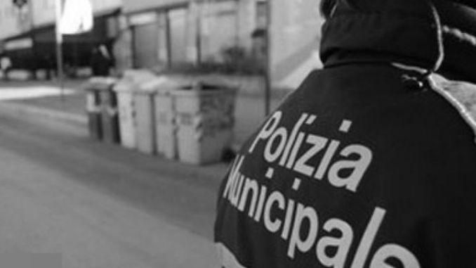 Polizia municipale multa auto con targa estera per documenti non in regola