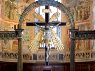 Crocifisso ligneo con croce a raggiera dorata torna splendere a Montefalco