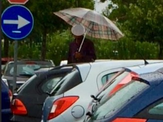 Parcheggio ospedale di Foligno: terra di nessuno in mano a gruppi di africani