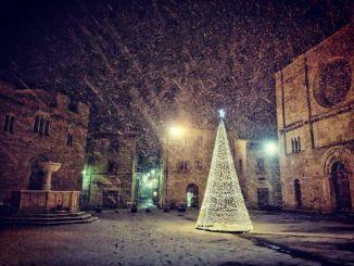 La magia della neve nella Piazza di Bevagna austera testimone della storia