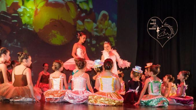 Danzatrevi vuole augurare a tutti un sereno Natale… 'in punta di piedi'!