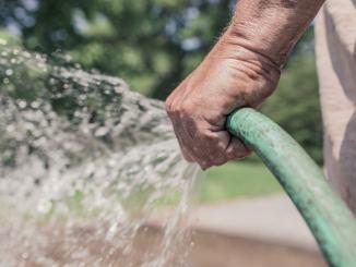 Acqua da pubblico acquedotto non può essere utilizzata per orti e giardini