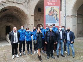 Una delegazione del Foligno calcio alla mostra su Raffaello