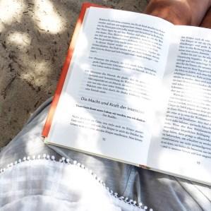 yoga buchtipp sommerurlaub am strand