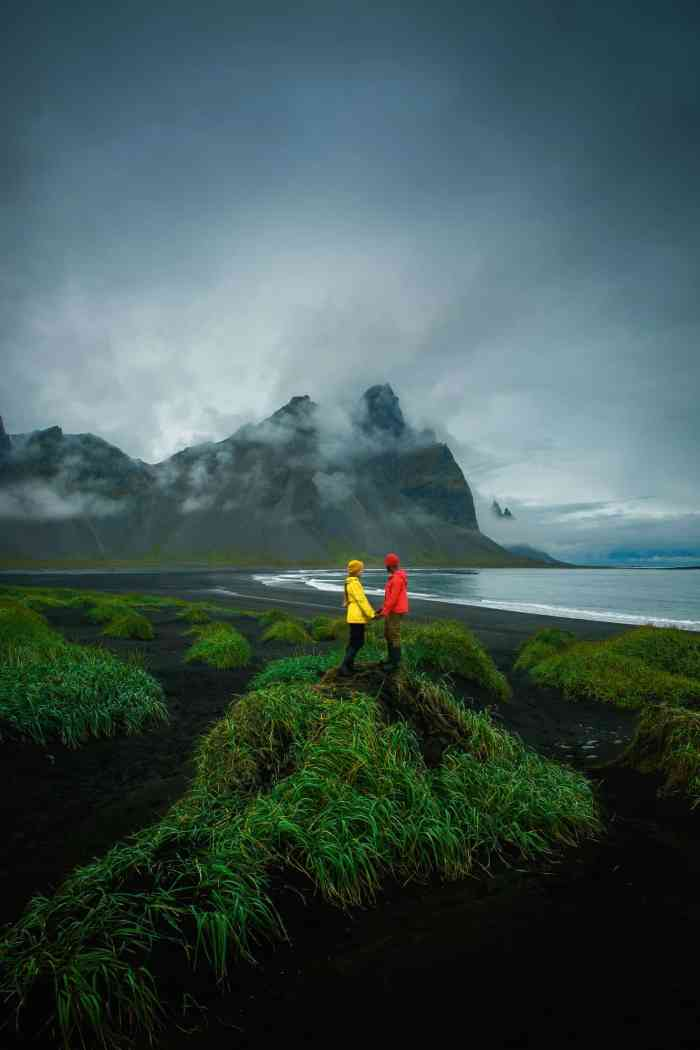 What to pack when visiting Iceland on a budget | budget packing list for Iceland | couples photos in Iceland