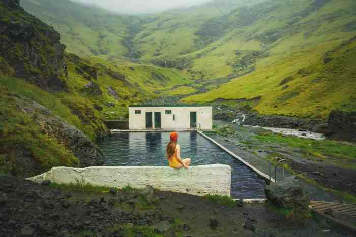 What to expect when visiting Seljavallalaug hot springs in Iceland | Seljavallalaug pool Iceland