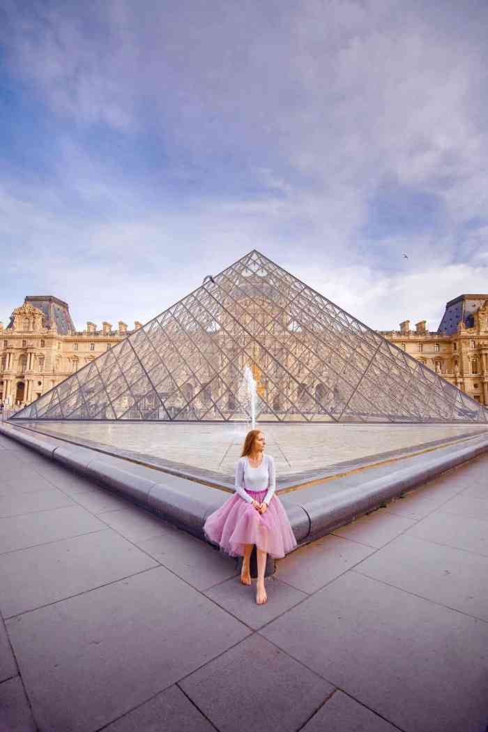 Visit the Louvre in Paris during the spring to see some of the best art! | Paris fashion at the Louvre during your Paris itinerary