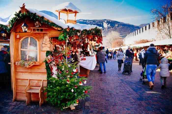 Un lindo quiosco en el mercado navideño de Trento, Italia