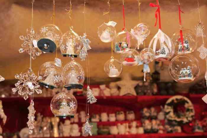 Hermosos adornos de cristal del mercado navideño de Verona