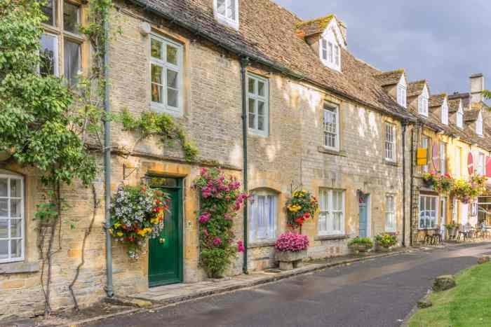 The roads in Stow on the Wold are classic, clean, and composed of beautiful buildings and lush blooms of flowers!