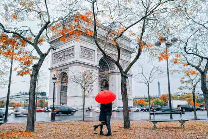 couple kissing by arc de triumph in Paris