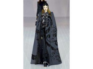 Dark-fantasy: mantello ricamato, camicia con fiocco al collo e maxi zeppe. Un look della sfilata autunno inverno 2016 di Marc Jacobs.