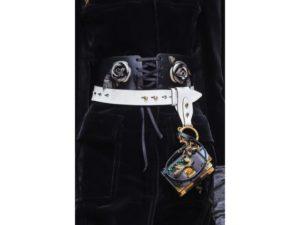 Gotico: cintura con dettagli metallici e pendente a libretto. Un dettaglio della sfilata autunno inverno 2016 di Prada.
