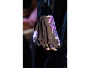 Mani stregate: maniche extra lunghe in chiffon con stampe viola e anelli. Un dettaglio della sfilata autunno inverno 2016 di Roberto Cavalli.