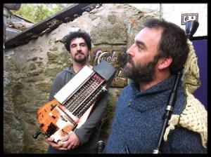A dupla Asem, sanfona/gaita-de-fole, posando no muinho de Asem, Compostela.