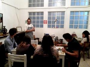 Manuel Carrasco explicando los platillos