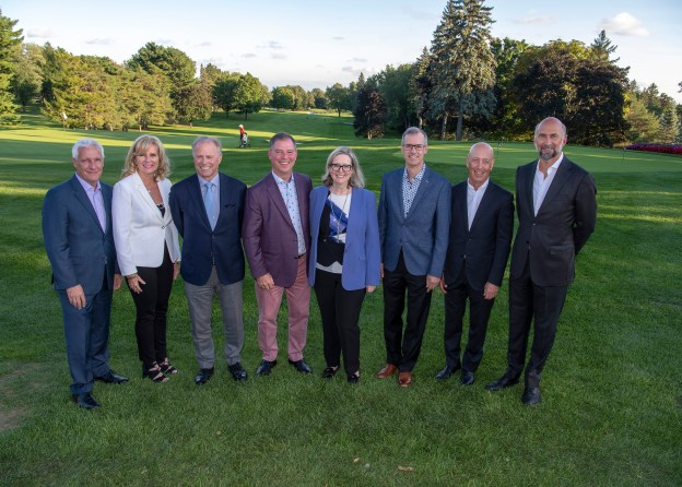 Photo des participants du tournoi de golf qui entourent Lucie Drapeau, directrice générale de la Fondation, et le docteur Denis Claude Roy, directeur du Centre de recherche en thérapie cellulaire