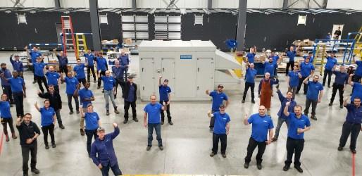 Photo de l'équipe d'ingénia Technologies posant devant la centrale de traitement d'air