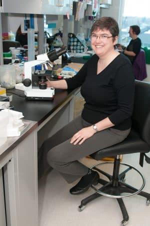 Photo de Sylvie Lesage in her laboratory