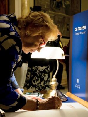 Maria Romana De Gasperi firma il libro visite ad una delle mostre didattiche della Fondazione