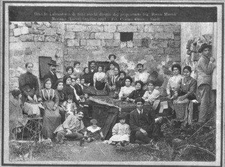 Da una foto del 1911 ecco il Grande Laboratorio di fichi secchi di Neviano
