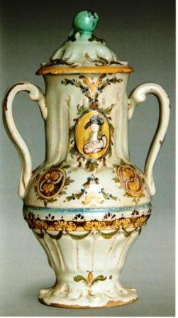 Giara o ciarla biansata con coperchio del sec. XVIII. Fornaci di Grottaglie
