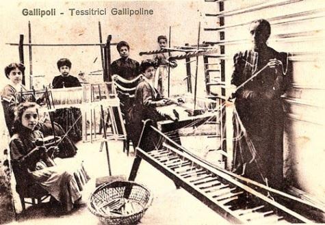 immagine tratta da http://www.piazzasalento.it/wp-content/uploads/2012/03/Tessitrici-gallipoline.-Cartolina-Ed.-G.Stefanelli-1910-ca-Collezione-privata-di-C-Perrone-gallipoli-475x329.jpg