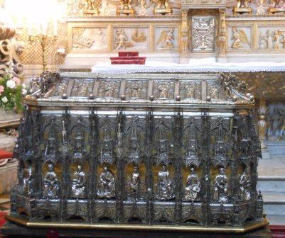 Catania-Duomo-il-sarcofago-che-custodisce-le-sacre-reliquie-della-Martire-e-sullo-sfondo-le-sculture-che-narrano-del-suo-ritorno-a-Catania