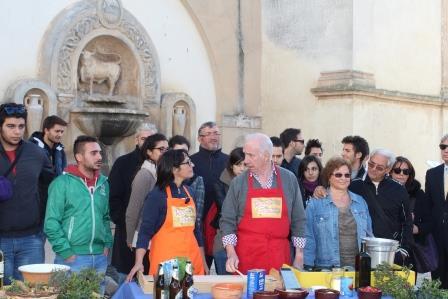 Davide Mengacci e Anna Falangone con un gruppo di cittadini durante la trasmessione odierna di Ricette all'Italiana (ph Paolo D'Addario)