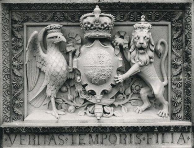 Fig. 4. Arma reale di Filippo II e Maria Tudor scolpita sulla Mary Tudor Tower del Castello di Windsor