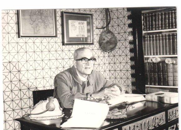 """Rocco De Vitis negli anni '80, ritratto alla sua scrivania nell' """"esotico"""" studio da lui stesso arredato"""
