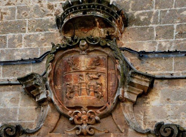 Fig. 4. Oria, palazzo Martini, facciata, particolare dello stemma civico